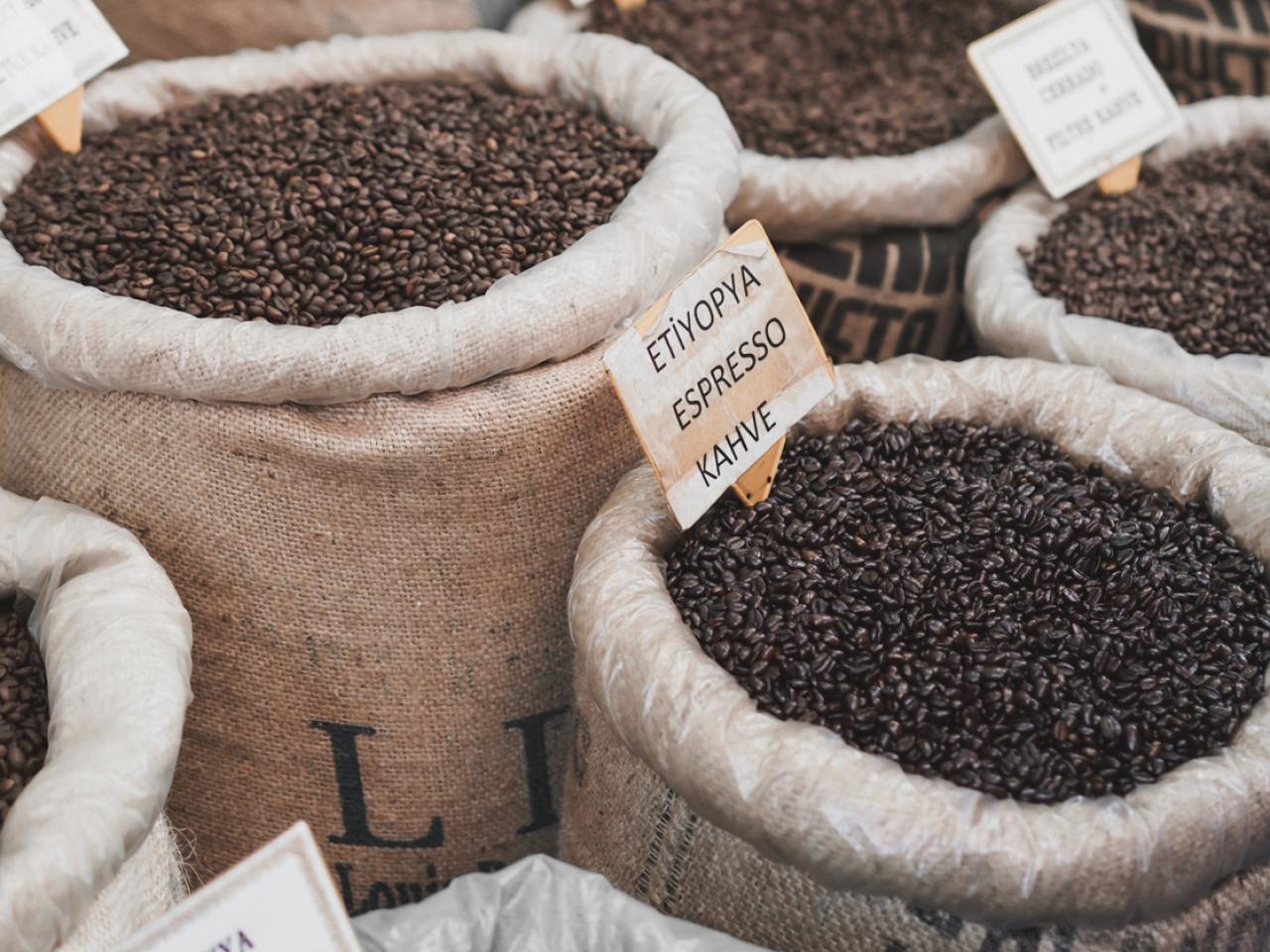 Koffiebonen van over de hele wereld voor koffie op kantoor