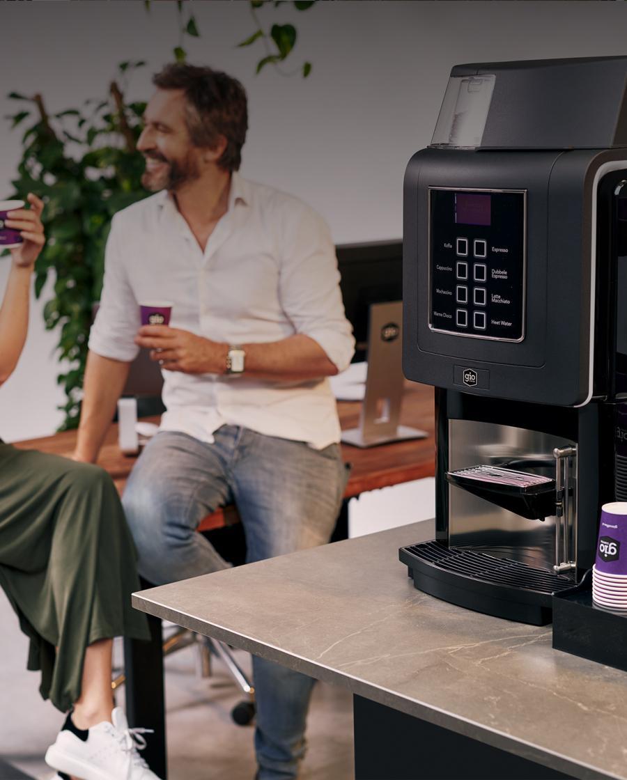 Collega's aan de praat naast de Gio Coffee koffiemachine