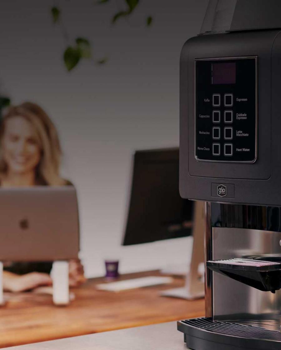 Gio Coffee collega's in overleg met koffie en een koffiemachine