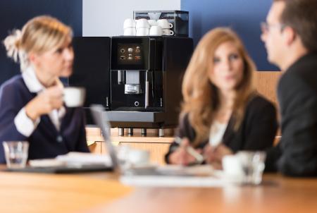 Franke A400 koffiebonenmachine met verse melk in kantoor zakelijk