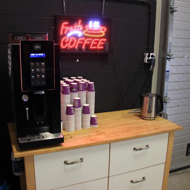 De koffiehoek bij Hoens Creative met een Gio Coffee koffiemachine