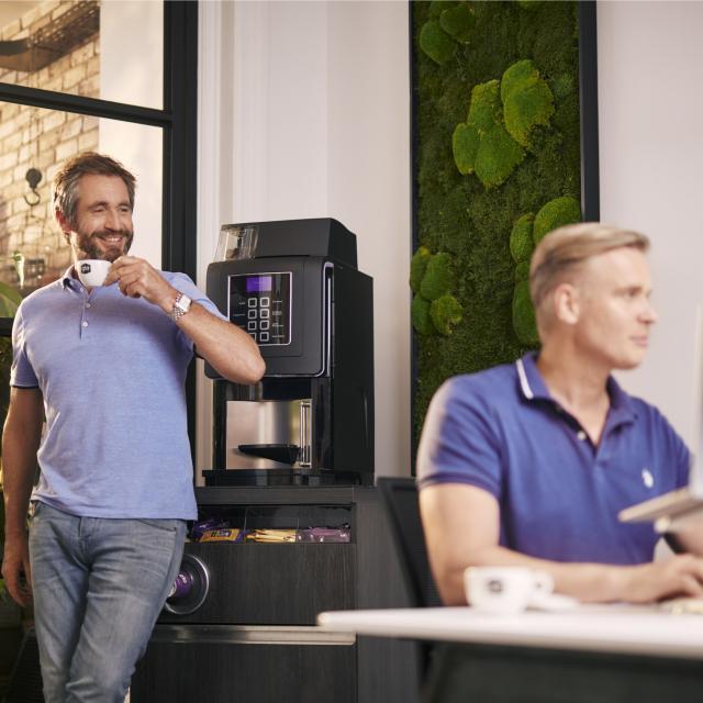 Man geniet van kop Gio Coffee