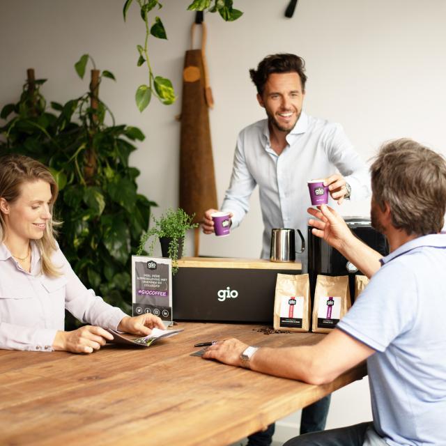 Gio Coffee - Koffieproeverij - Accountmanager laat koffie proeven-bewerkt