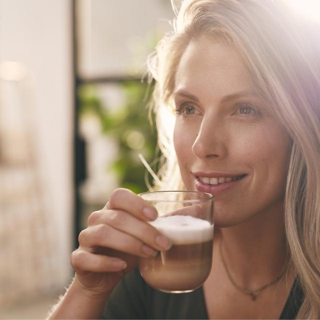 Gio Coffee Collega geniet van een kop latte macchiato