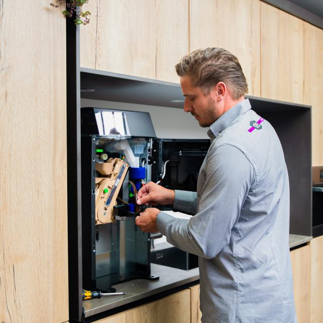 Gio Coffee koffiespecialist voert onderhoud uit aan een zakelijke koffiemachine