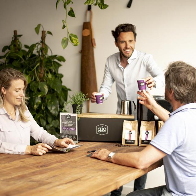 Gio Coffee - Koffieproeverij - Accountmanager laat koffie proeven
